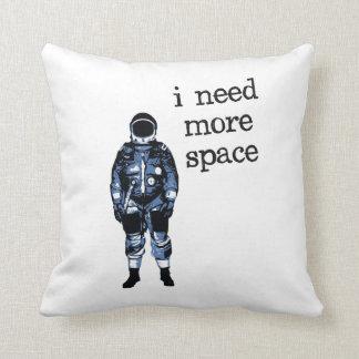 Ich benötige mehr Raum-Astronauten Zierkissen