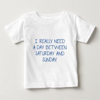 Ich benötige wirklich einen Tag zwischen Samstag Baby T-shirt