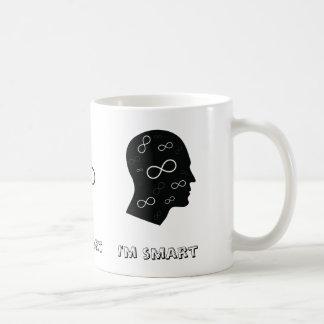 Ich bin intelligenter Kopf mit Kaffeetasse