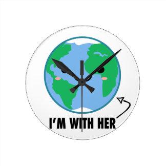 Ich bin mit ihr - Planeten-Tag der Erde Runde Wanduhr