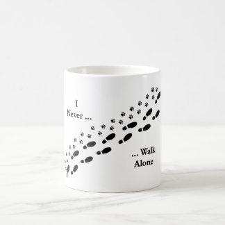 Ich des Hundeliebhabers gehe nie alleinPawprint Kaffeetasse