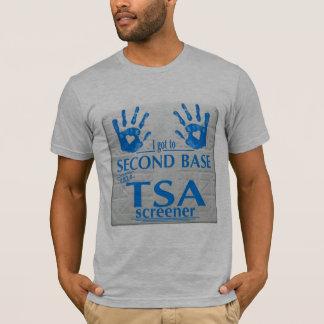 Ich gelangte an zweite Base mit einer TSA T-Shirt