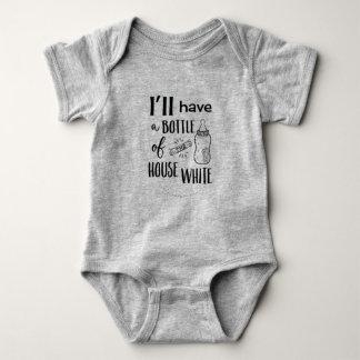 Ich habe eine Flasche des Haus-Weiß Onezee Baby Strampler