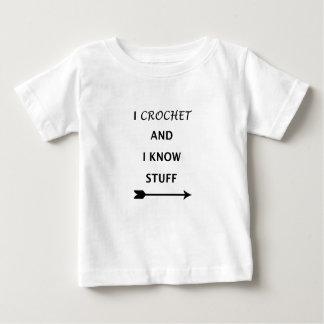 Ich häkele und ich kenne Material Baby T-shirt