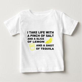 Ich nehme das Leben mit einer Klemme Salz - Baby T-shirt