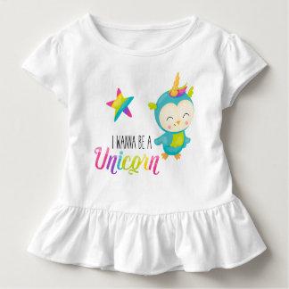 Ich will, um ein gekräuseltes Shirt des