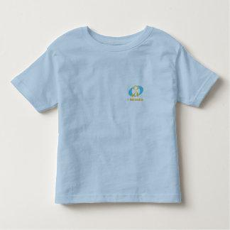 IchImmersion Kind trägt T - Shirt zur Schau