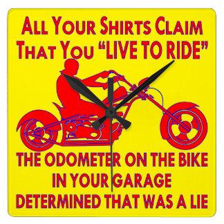 """Ihr Shirt behauptet, dass Sie """"leben, um zu Quadratische Wanduhr"""