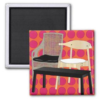 Ikea-Möbel sitzen orange Magneten vor Quadratischer Magnet