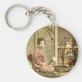 Ikebana - schöne Kimono-Mädchen, die Blumen Schlüsselanhänger