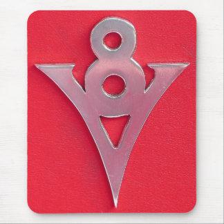 Illusions-Chromv8-Emblem auf rotem Leder Mousepads