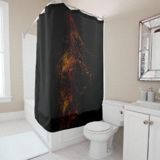 Im dunklen Duschvorhang