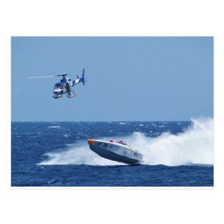 Im Flugzeug Motorboot und Hubschrauber Postkarte