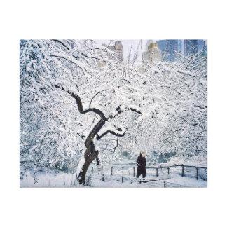 Im Schutz des Schnees Leinwanddruck
