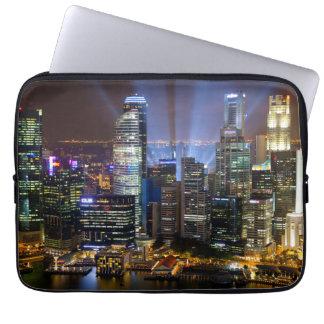 Im Stadtzentrum gelegene Singapur-Stadt nachts Laptopschutzhülle