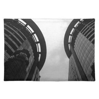 Im Stadtzentrum gelegener Wolkenkratzer Stofftischset