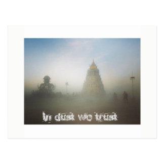 Im Staub vertrauen wir Postkarte