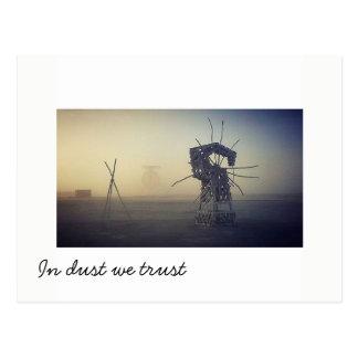 Im Staub vertrauen wir wieder Postkarte