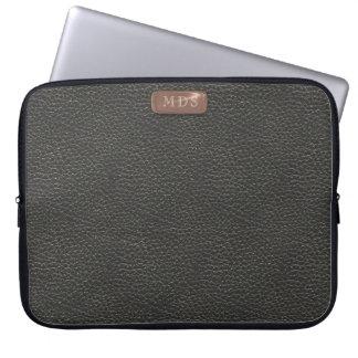 Imitat-Rosen-Goldmonogramm auf schwarzem ledernem Laptop Sleeve