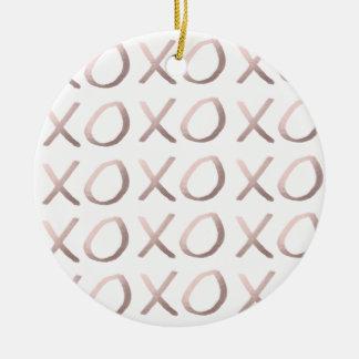 Imitat-Rosen-Goldtypographie umarmt und küsst xoxo Rundes Keramik Ornament