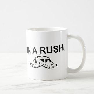 in einer Eile lustiger Humor des Schnurrbartspaßes Kaffeetasse