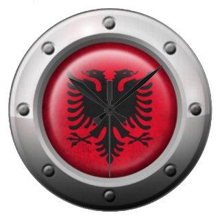 Industrielle albanische Flagge mit Stahlgraphik Uhr