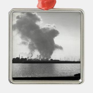 Industrielle Landschaft entlang der Küste Quadratisches Silberfarbenes Ornament