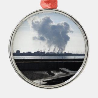 Industrielle Landschaft entlang der Küste Rundes Silberfarbenes Ornament