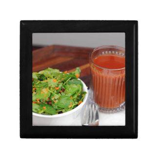 Ingwer-Karotten-Tomate, die Brunnenkresse-Salat Erinnerungskiste