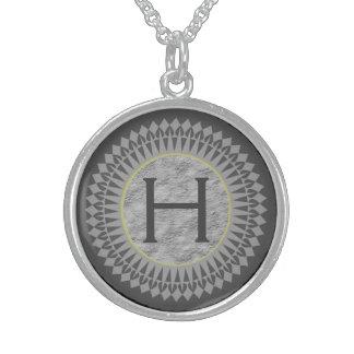Initiale auf grauem Stein mit silbernes Sterlingsilber Halsketten