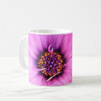 Innerhalb der rosa lila kaffeetasse