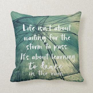 Inspiration: Tanz im Regen-Zitat Kissen