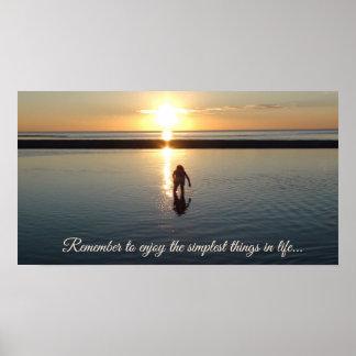 Inspirational Zitat kleines Mädchen, das Muscheln Poster