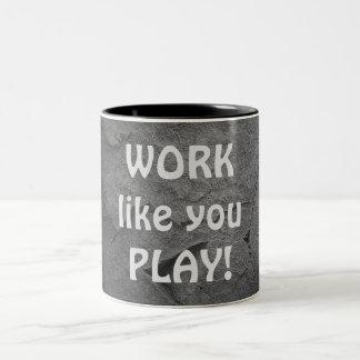 inspirierend Arbeitszitat auf Stein Zweifarbige Tasse