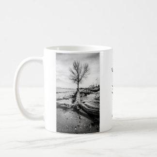 Inspirierend bloßer Schwarzweiss-Baum Kaffeetasse
