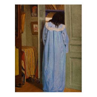 Intérieur, femme en-Blau fouillant dans une armoir Postkarte