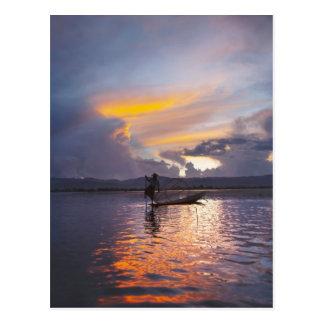 Intha Fischerbein-Ruderbootfischen mit Netz Postkarte