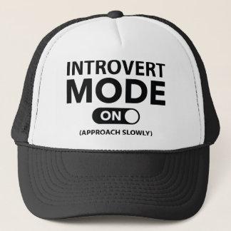 Introvert Modus an Truckerkappe