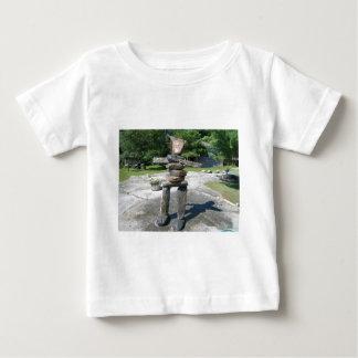 inukshuk Bild durch Hirsch für actra Baby T-shirt
