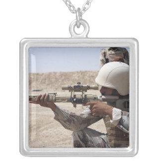 Irakischer Armee-Sergeantanblick in unten Strecke Versilberte Kette