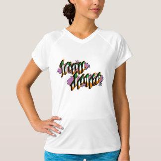 Iren-Tanz in Graffiti-ähnlichem T-Shirt