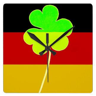 Irischer deutscher Flaggen-Kleeblatt-Klee-St- Quadratische Wanduhr