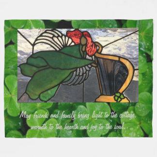 Irischer Engel im Buntglas auf Klee Fleecedecke