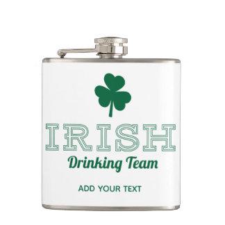 Irischer trinkender Tag Team-lustiger St. Patricks Flachmann