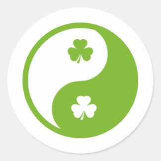 irisches Kleeblatt Ying und Yang Runder Aufkleber