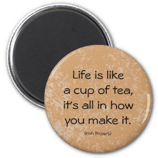 Irisches Sprichwort. Das Leben ist wie eine Tasse Runder Magnet 5,7 Cm