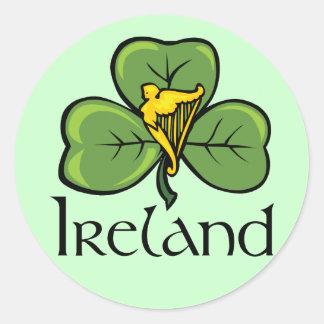 Irland-Kleeblatt und -harfe Runder Aufkleber