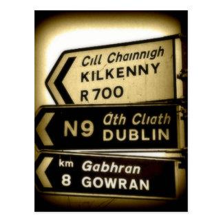 Irland-Straßenrand-Zeichen Postkarte