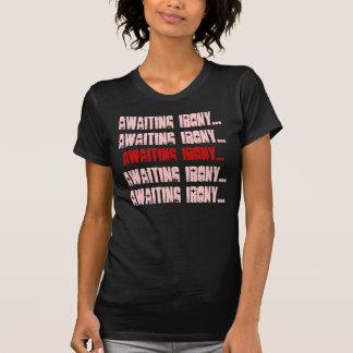 Ironie erwarten…, die Ironie erwartend…, die Ir… T-Shirt