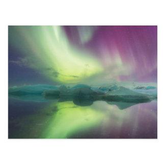 Island, Jokulsarlon. Aurora-Lichter reflektieren Postkarte